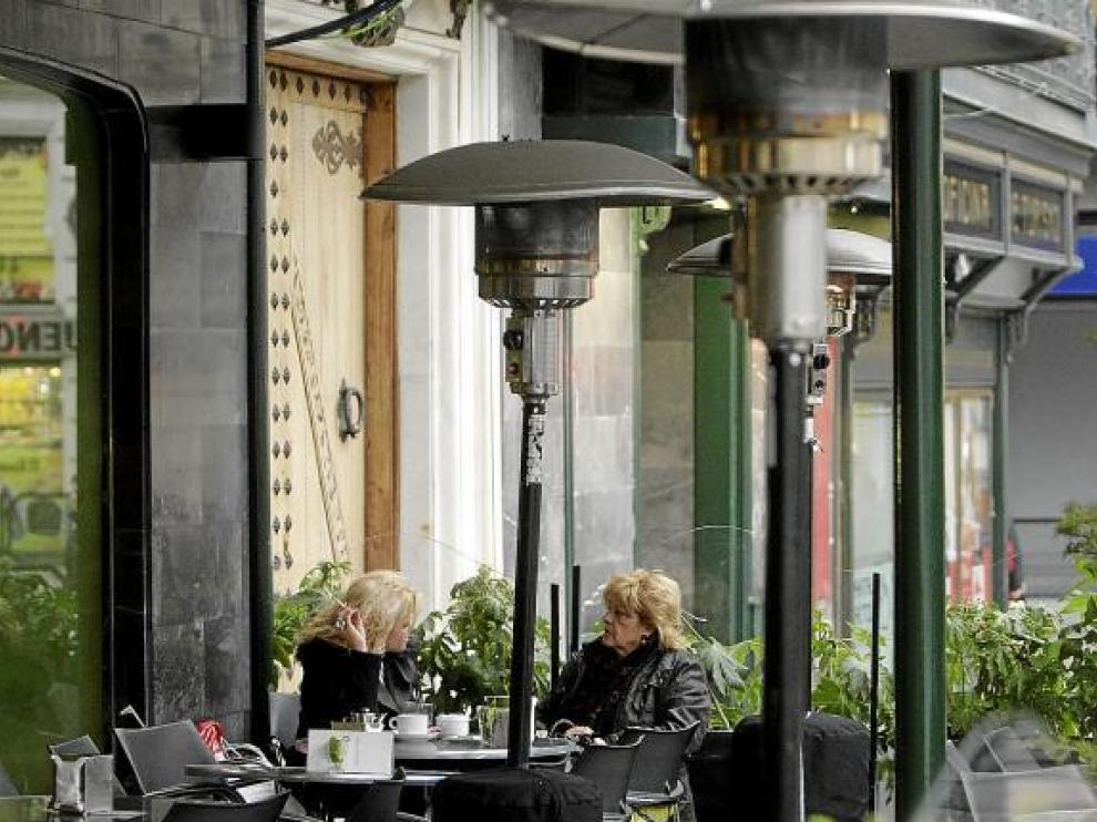 La terraza del Cuarto Espacio, en la plaza de España, se ha poblado de estufas.