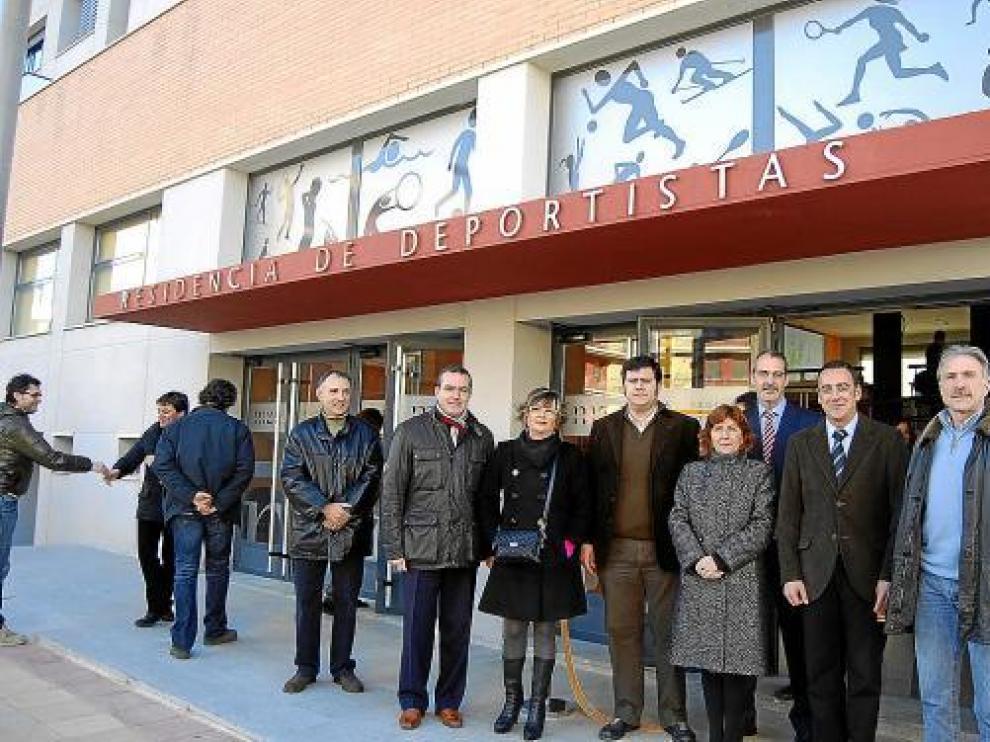 Foto de autoridades el día en que se inauguró la nueva residencia para deportistas de Monzón.