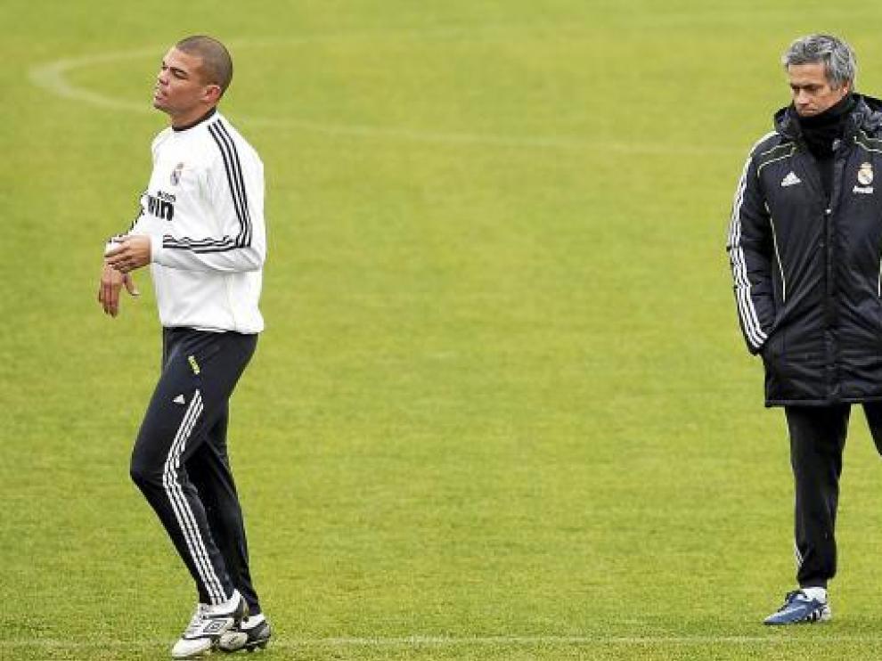El madridista Pepe se entrena a las órdenes del Jose Mourinho.