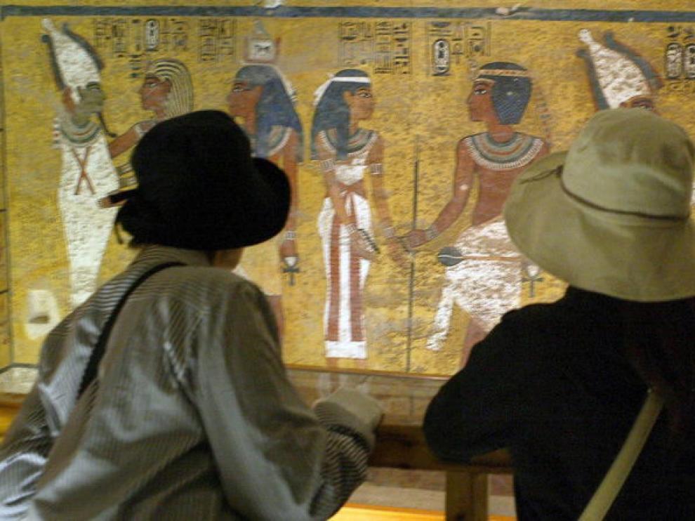 Dos turistas contemplan la tumba de Tutankamón, en el Valle de los reyes