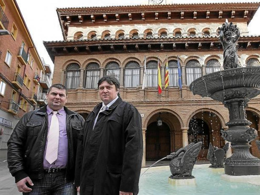 El cabeza de lista del Pirum, Daniel Ardelean (dcha.) y Traian Pop, su número dos, ayer en la antigua casa consistorial de Cariñena.