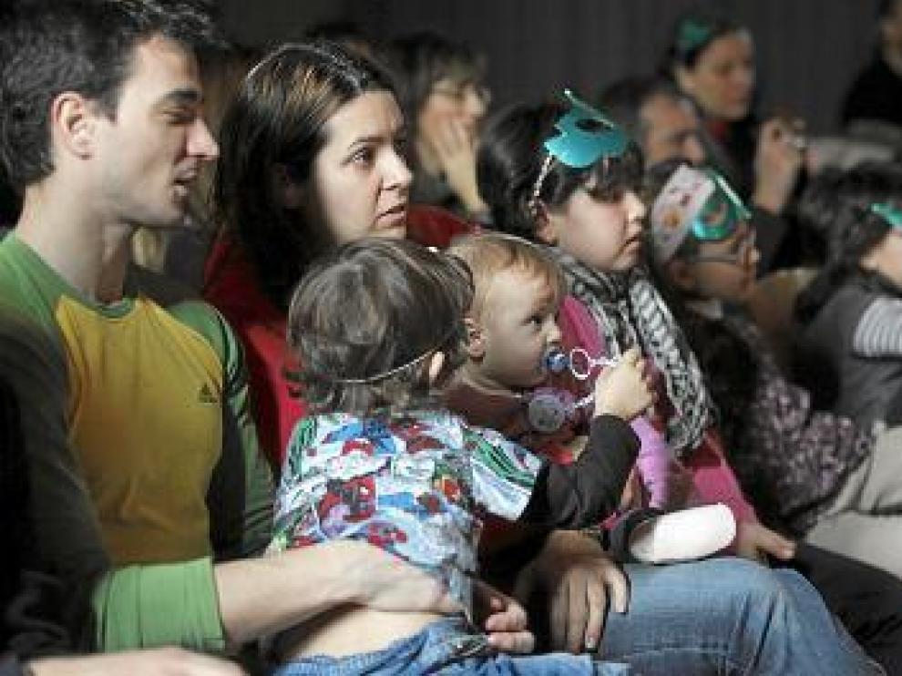 Niños y adultos, atentos a la participación de los artistas.