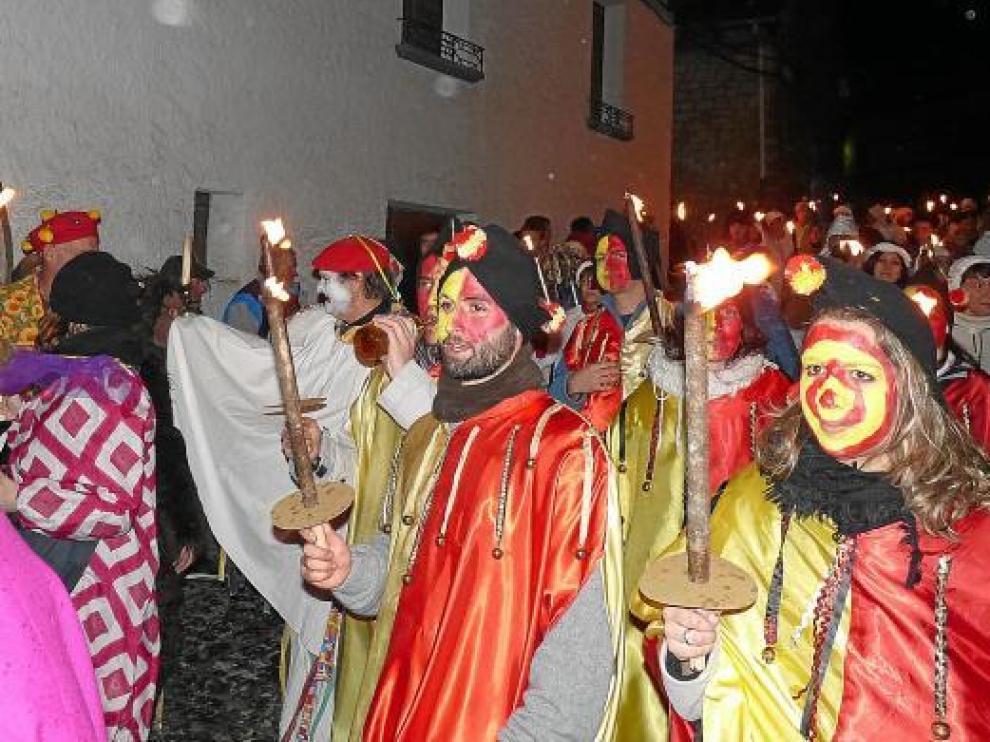 Los participantes recorrieron el pueblo disfrazados y con antorchas en mano buscando al rey.