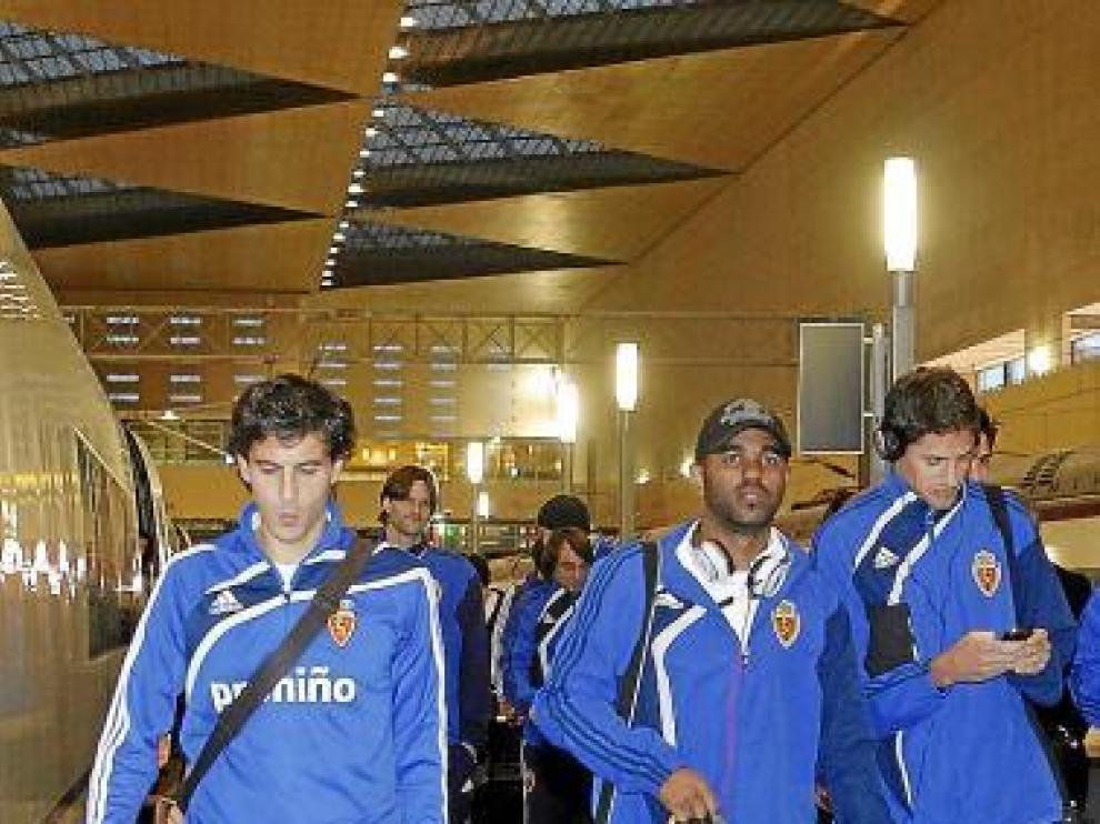 Los jugadores del Real Zaragoza, ayer en la estación de Delicias.