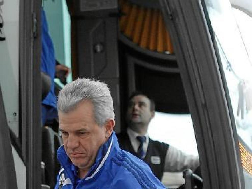 Aguirre ayer, bajando del autocar en el inicio del viaje a Barcelona.