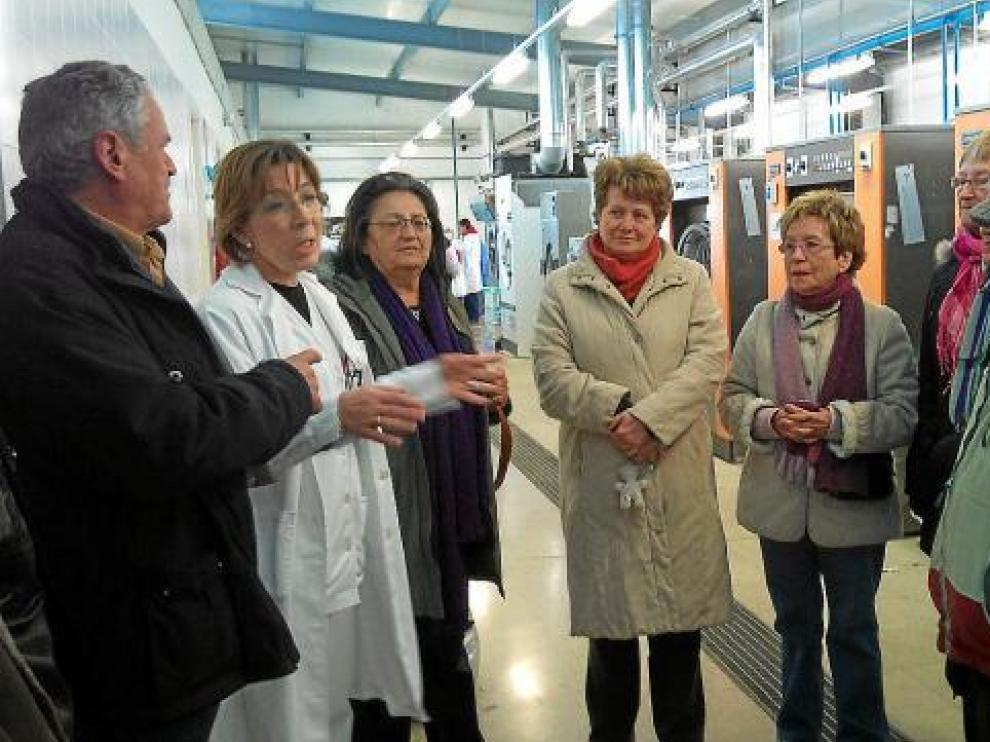 Miembros del Consejo Sectorial de Acción Social del Ayuntamiento de Huesca, en el taller de lavandería.