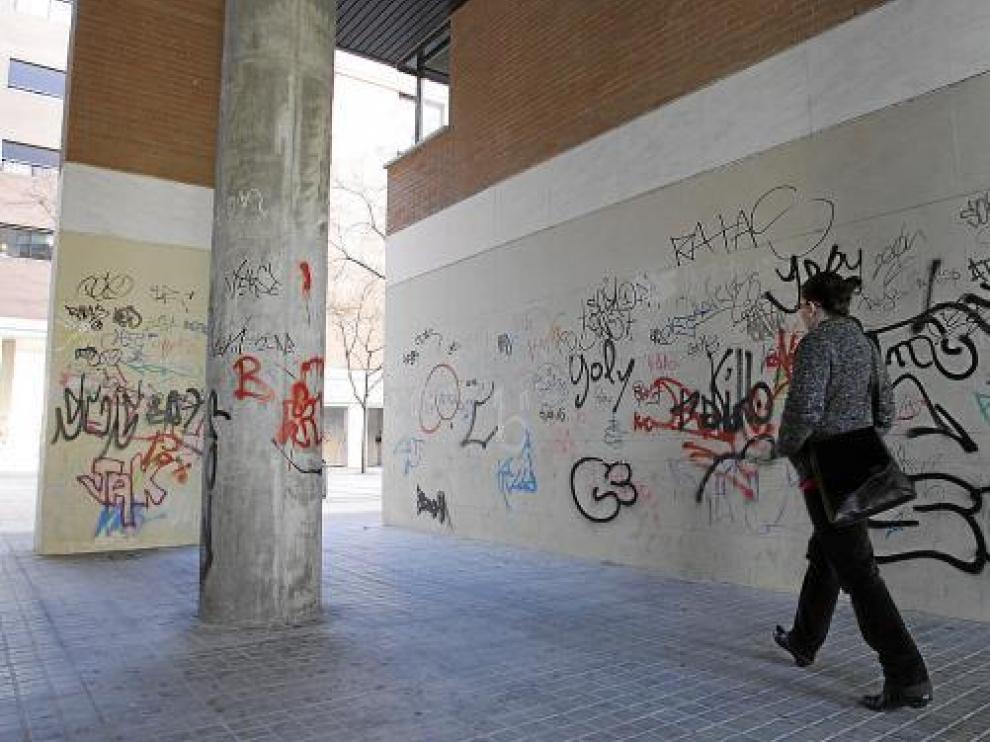 La plaza de País Vasco es una de las más castigadas por los grafitis en el paseo de las Autonomías.