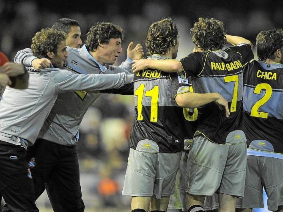 Los jugadores del Espanyol celebran un gol con los suplentes, el pasado domingo en el estadio de Mestalla.