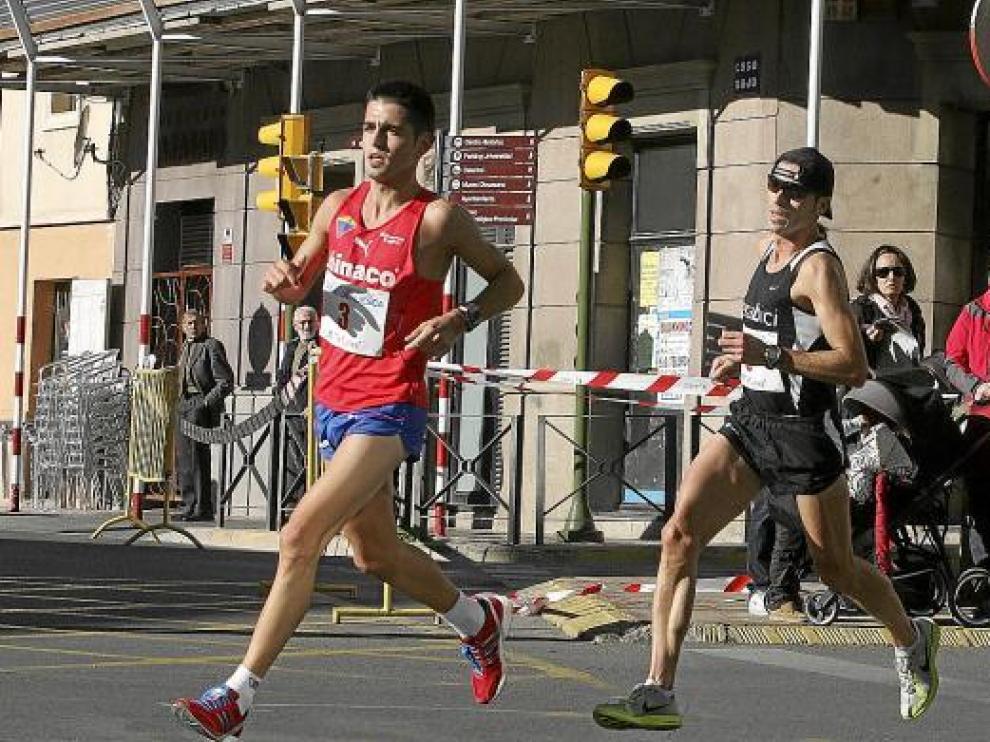 Javier Mariño, liderando el Medio Maratón de Huesca, el pasado mes de octubre.