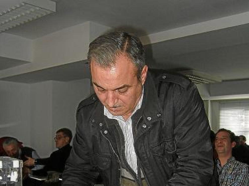 Norberto Royo firma el acta.
