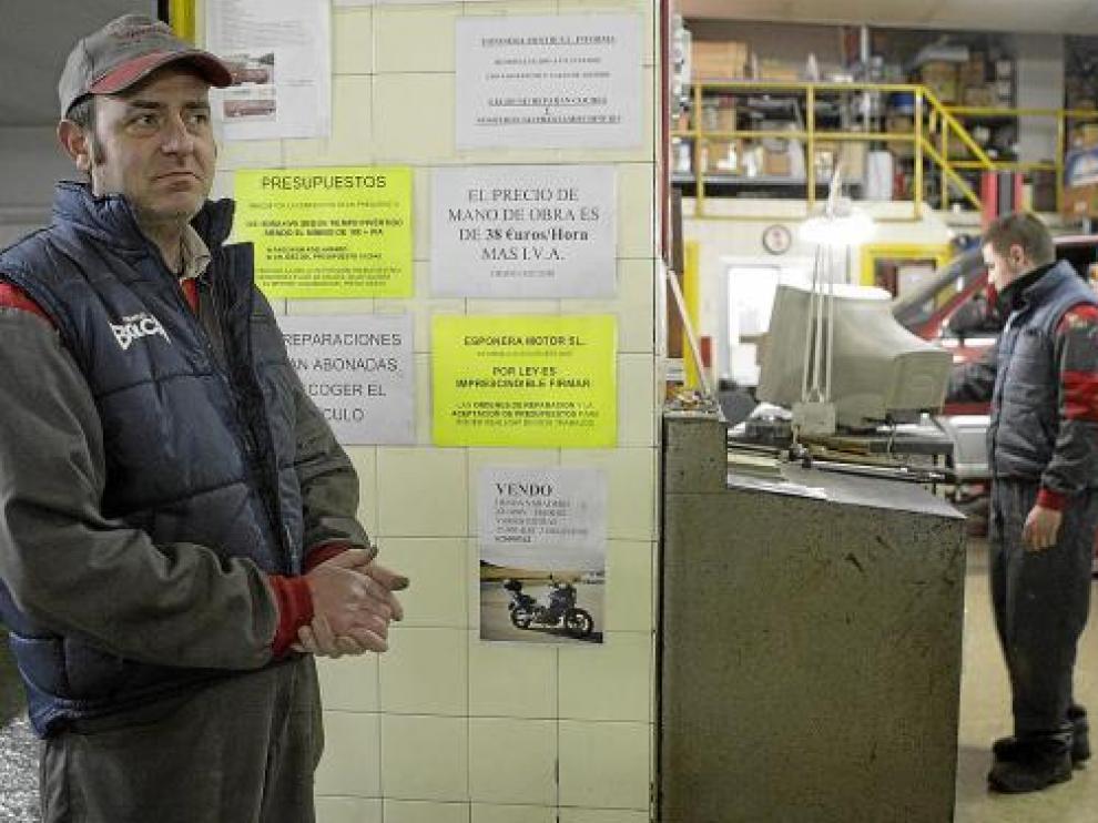 Javier Alfonso Castillón en su taller, Esponer Motor, sufre la crisis que atraviesa el sector.
