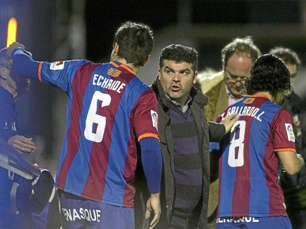 Onésimo Sánchez se dirige a Echaide y Gallardo poco antes de que ambos futbolistas saltasen al terreno de juego.