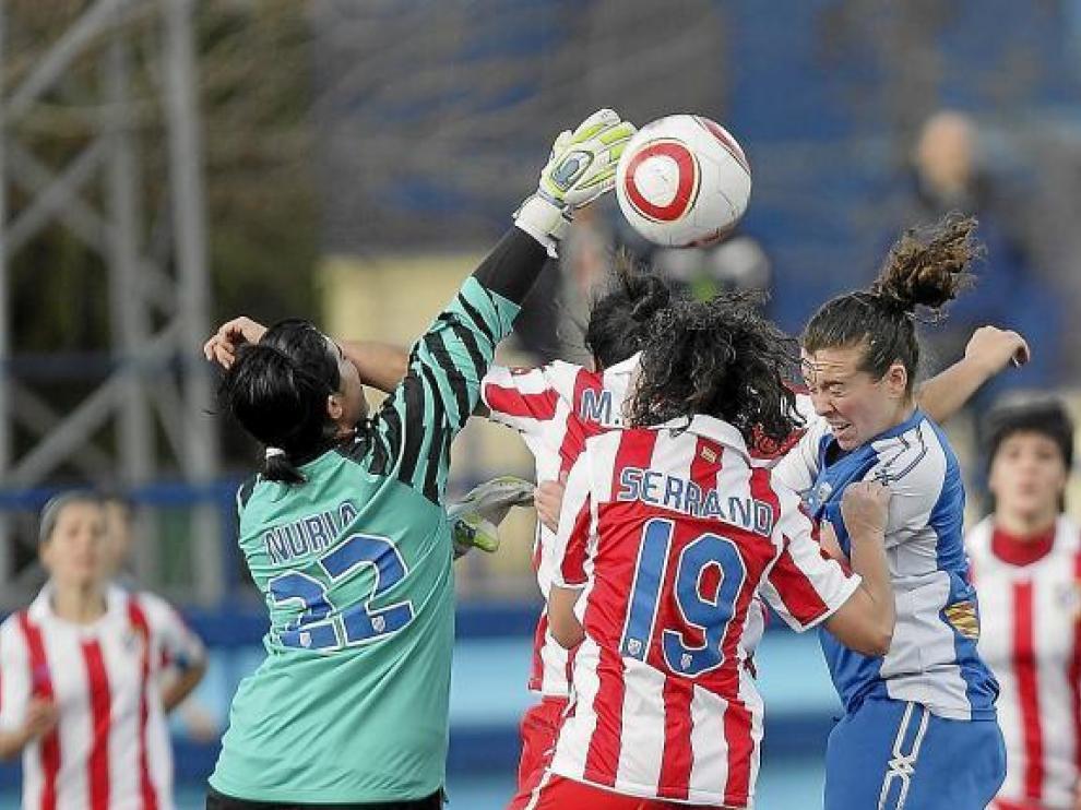 La portera del Atlético de Madrid despeja.