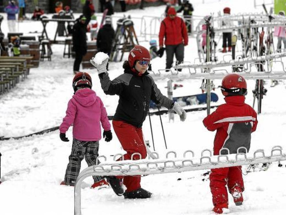 Un grupo de esquiadores disfrutando del final de la campaña de Navidad ayer en Formigal.