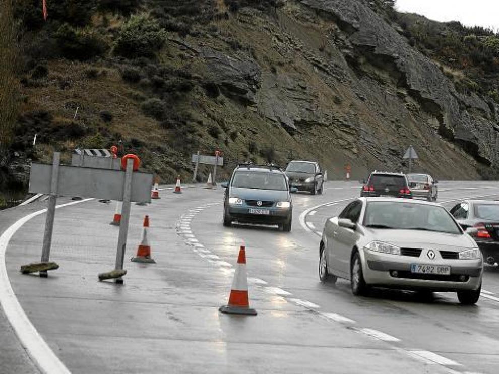 Los vehículos tuvieron que circular con precaución a la altura del desprendimiento de Monrepós.