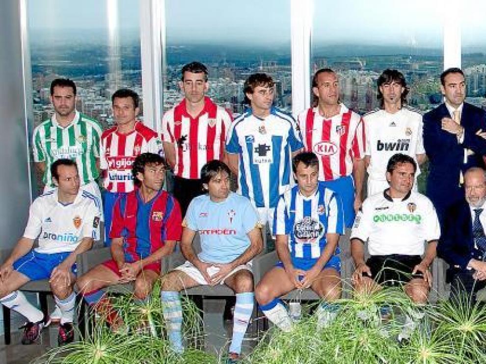 El ex jugador del Real Zaragoza Jesús Seba (abajo a la izquierda) participó en el partido de presentación de la Liga de Fútbol Indoor.