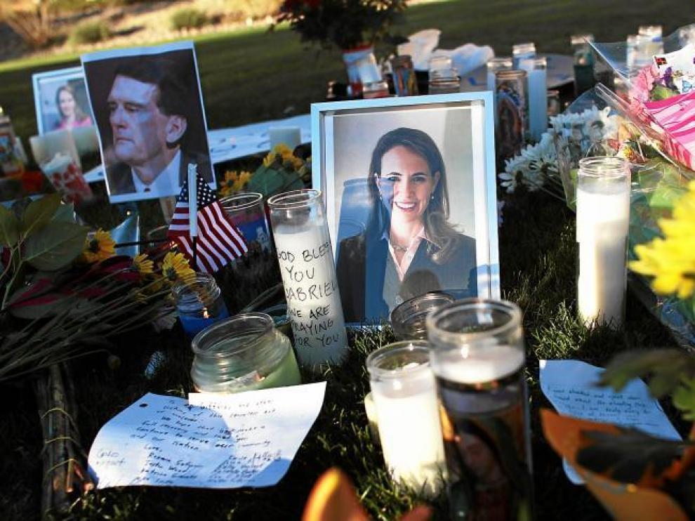 Retratos de la congresista herida Gabrielle Giffords y el juez federal asesinado John Roll, en Tucson, Arizona.