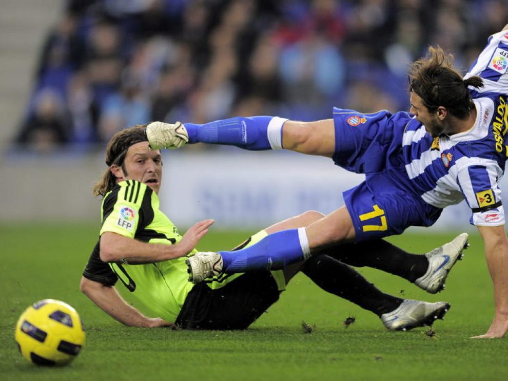El defensa Lanzaro y el delantero del Espanyol Osvaldo.