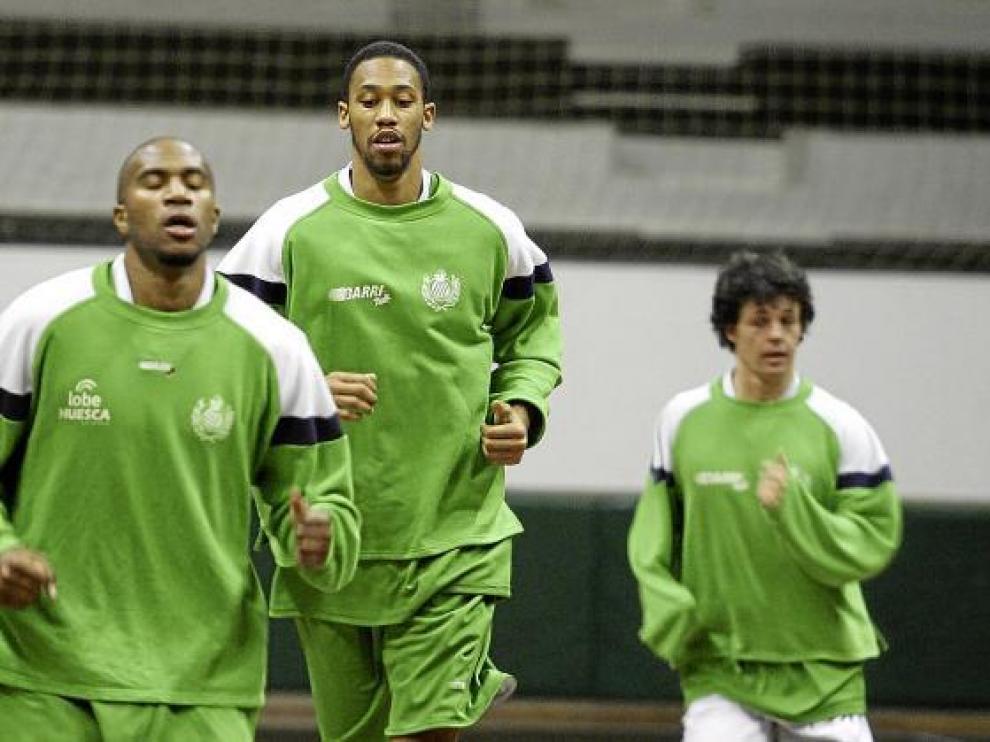Atkinson corre junto a Herrero durante un entrenamiento del Lobe Huesca.