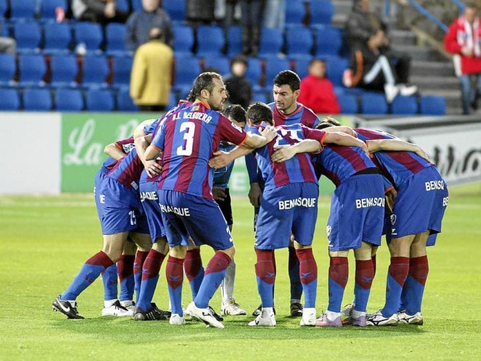 Los futbolistas del Huesca hacen una de sus habituales piñas antes de que comenzara el segundo periodo del partido con el Betis.