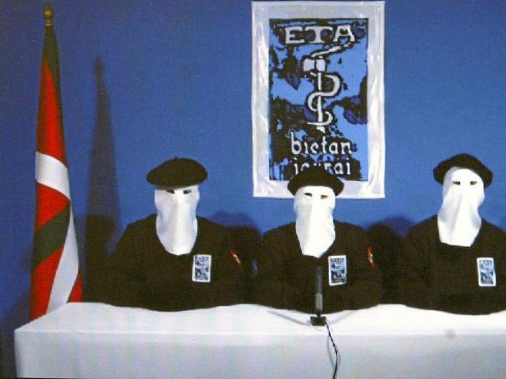 Tres terroristas encapuchados