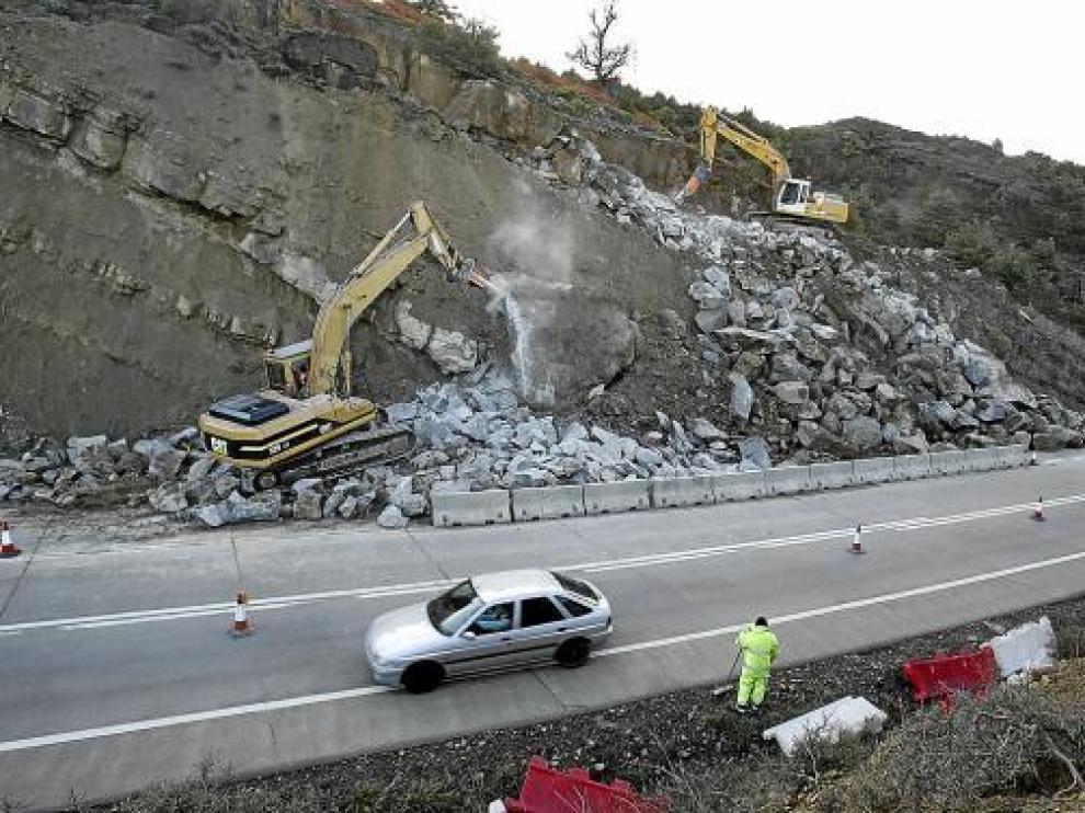 Las máquinas trabajaban ayer para retirar las rocas de la ladera mientras daban paso alternativo.