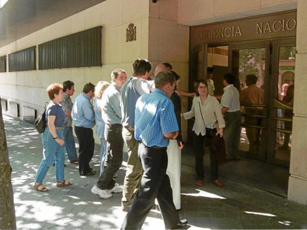 Familiares y amigos de David Pla, el día en que fue juzgado en junio de 2001 en la Audiencia Nacional.