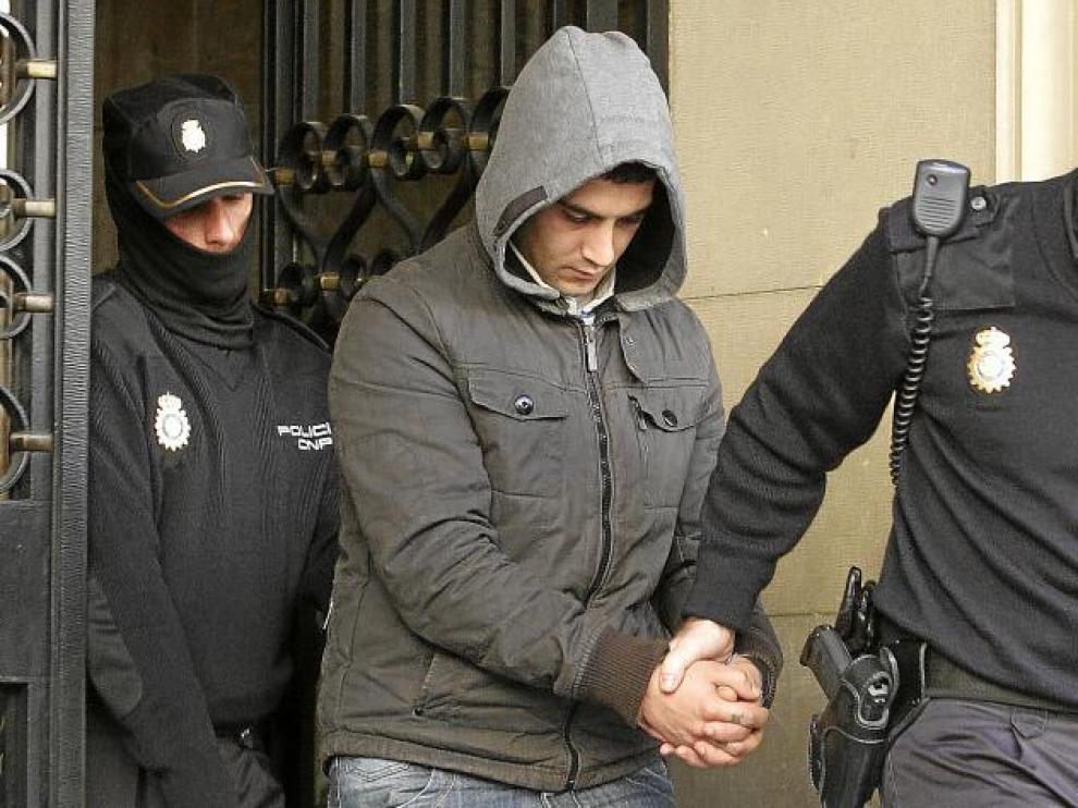 El acusado entró y salió de la Audiencia con una capucha para intentar ocultar su rostro ante los medios de comunicación.