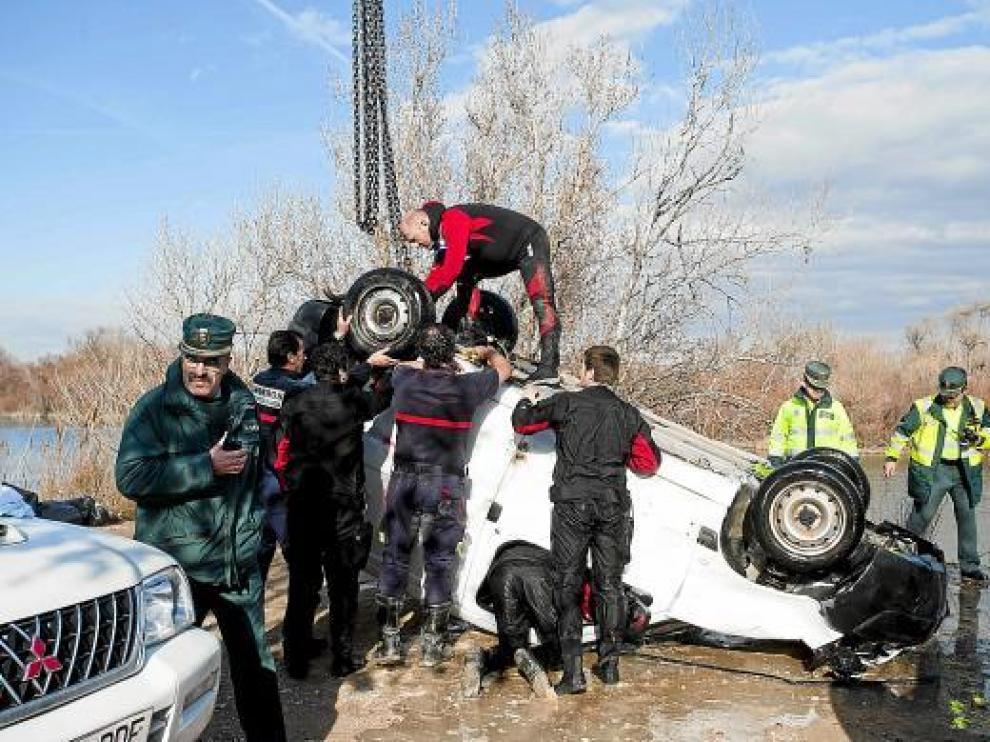 Una grúa de los Bomberos de Zaragoza logró sacar el vehículo del río sobre las 15.40 de ayer.