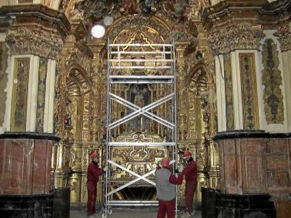 Los operarios instalando andamios en el interior de la catedral
