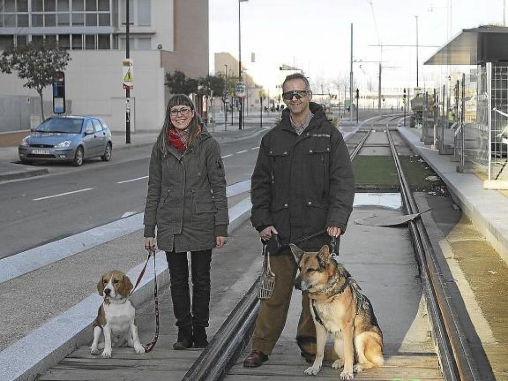 Pilar Badía y su perro Pancho y Alberto López-Bandrés y su perra Tana, ayer en las vías del tranvía del Paseo de los Olvidados.