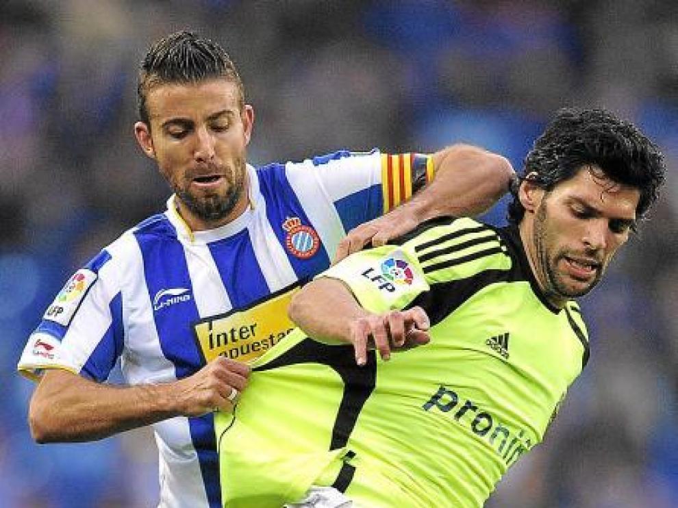 Lafita pugna con Luis García en un lance del partido de anteayer en Barcelona.