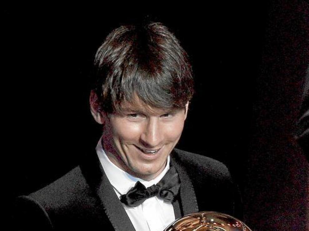 El argentino Leo Messi posa con el segundo 'Balón de Oro' de su carrera.