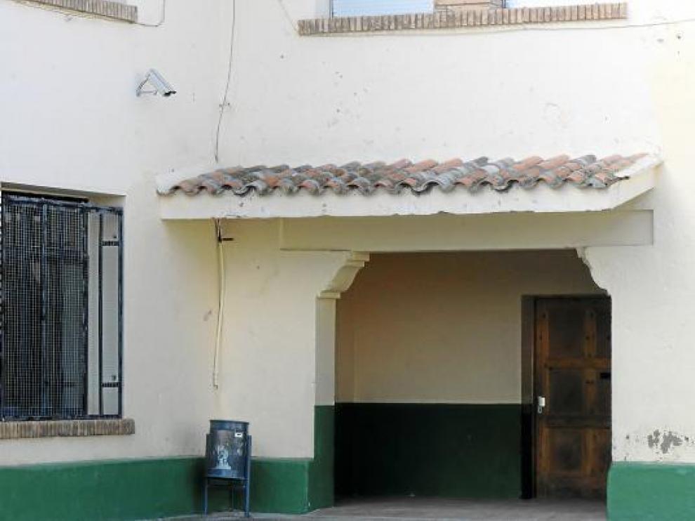 A la izquierda de la imagen, una de las cámaras que vigila la entrada al colegio desde el patio de recreo.