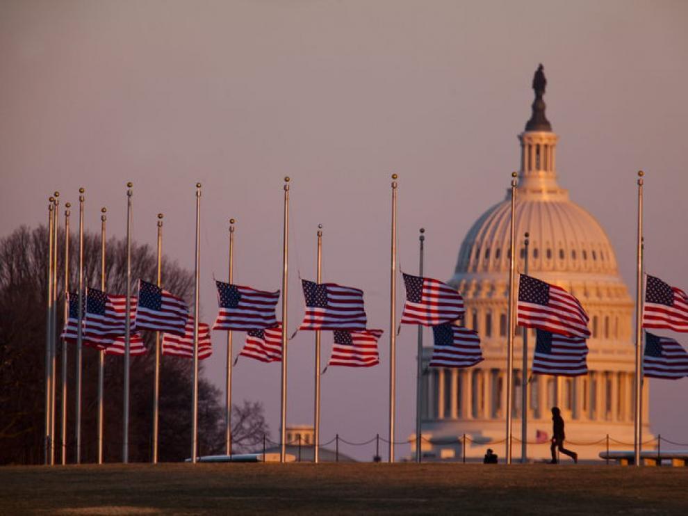 Las banderas ondean a media asta en Washington en señal de duelo por las víctimas