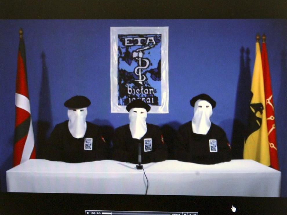 Tres portavoces de ETA leen el comunicado de la banda