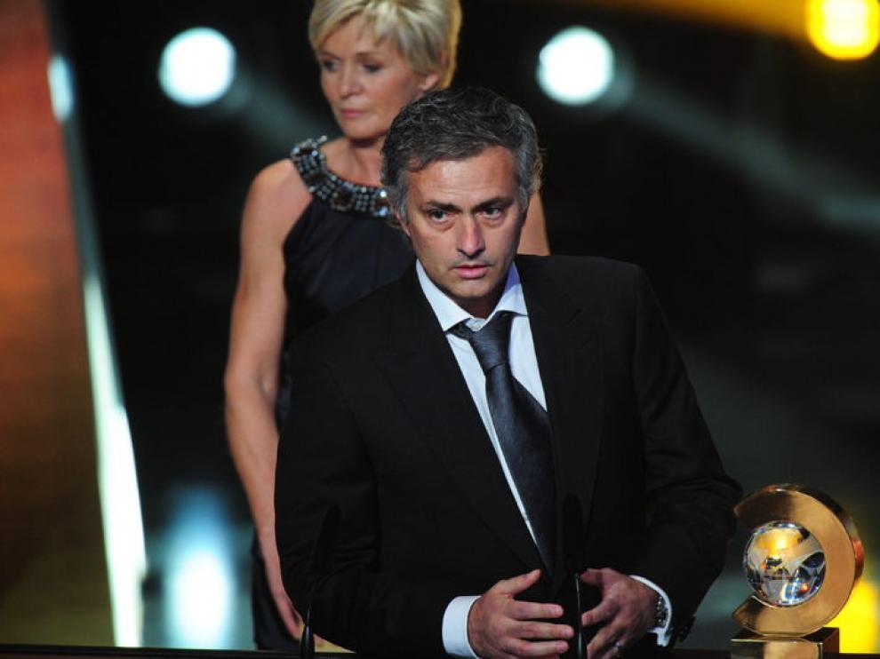 Mourinho junto al trofeo.