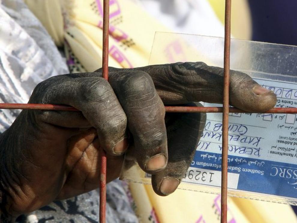 Una sudanesa espera para votar este lunes.