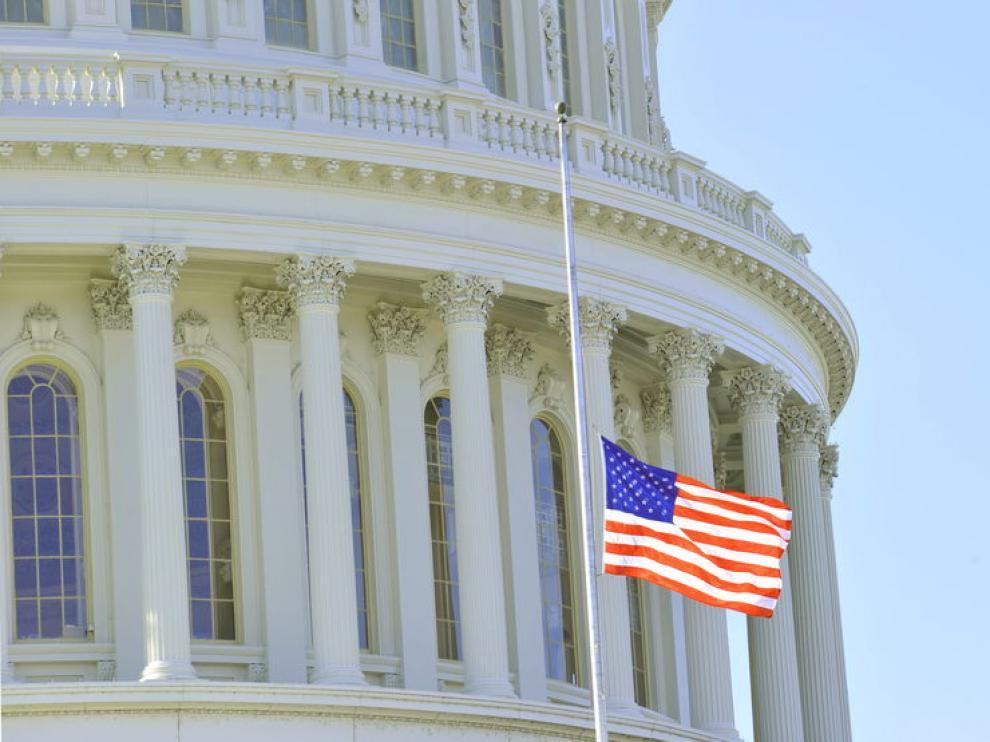 Banderas a media asta en el Capitolio de Washington en señal de luto