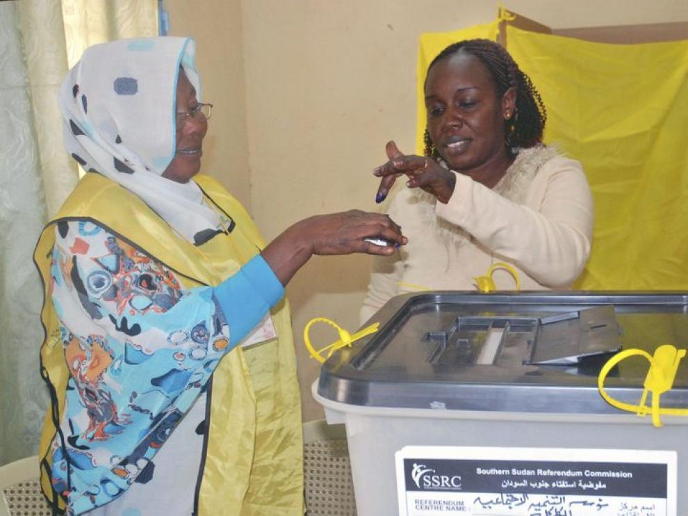 Una mujer vota en el colegio electoral.