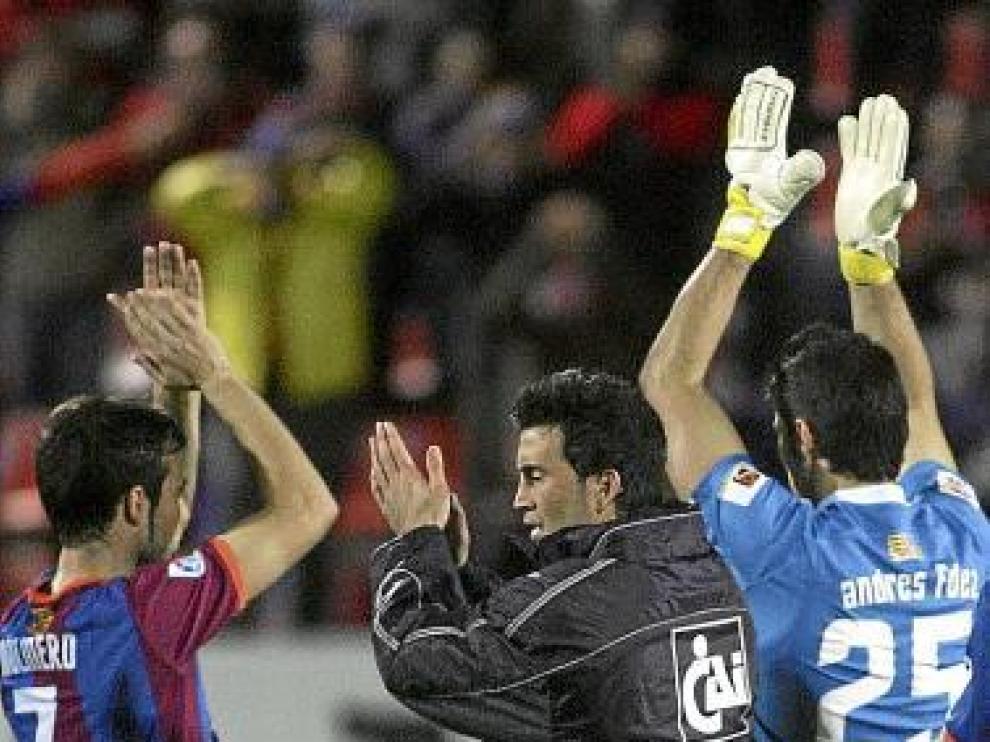 Molinero, Sorribas y Andrés aplauden a los aficionados.