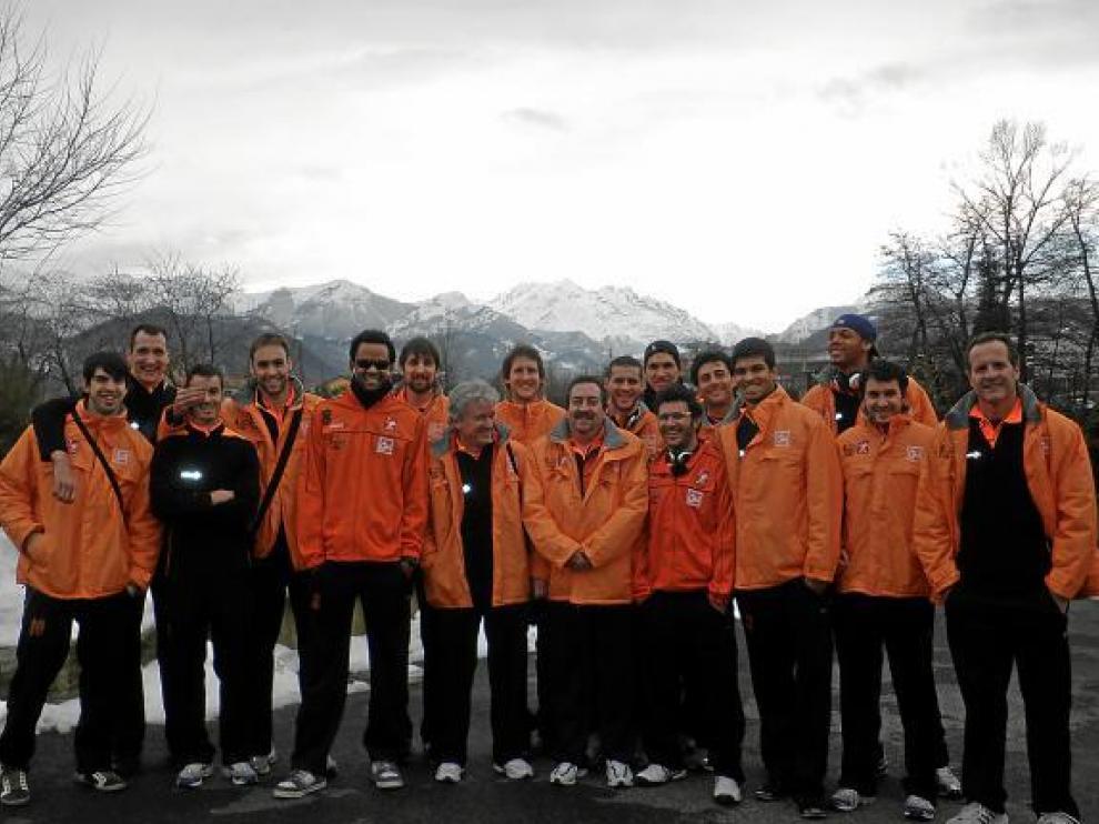 La expedición del CAI ayer en el hotel de concentración en Cuneo, el Navize-te. Detrás, los Alpes.