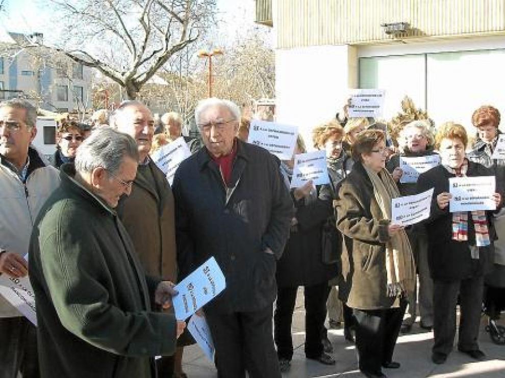 Un grupo de vecinos afectados, durante la concentración de ayer ante el Ayuntamiento de Utebo.