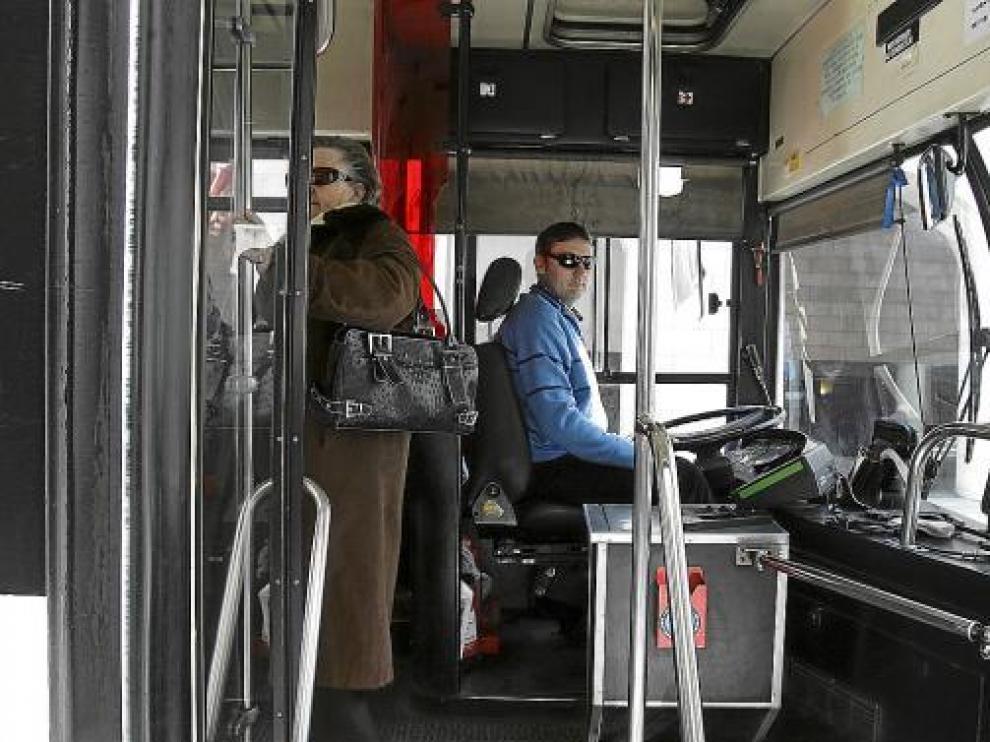 Pasajeros y conductores de uno de los autobuses urbanos que cubren las dos rutas actuales en Huesca.