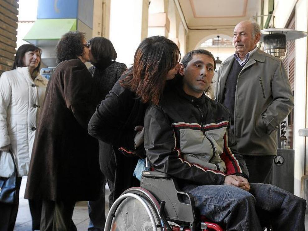 José Antonio Rodríguez, uno de los heridos más graves, llegó ayer en silla de ruedas a la Audiencia junto a su compañera, Sara.