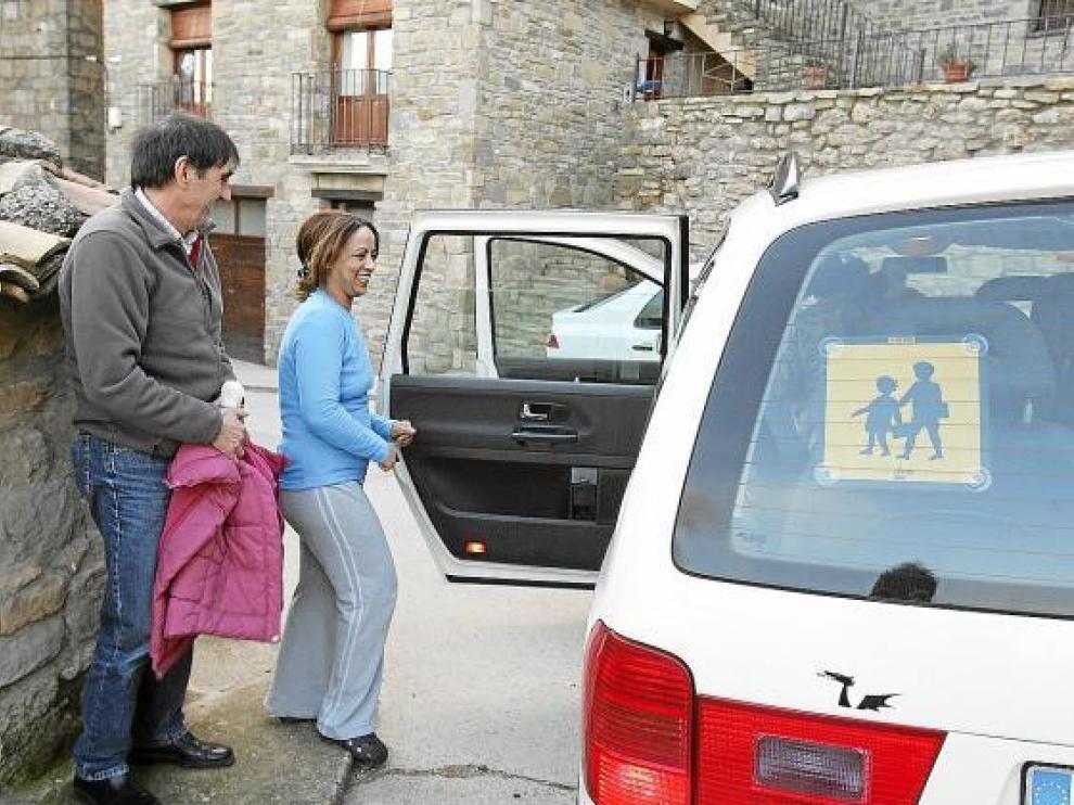 Jamila, junto al taxita, a punto de recoger a sus dos hijas al regreso del colegio de Angüés.
