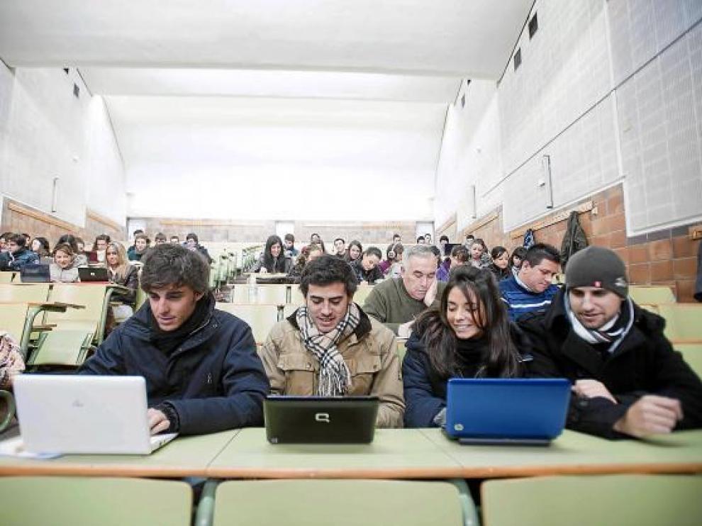 Varios estudiantes con bufanda y gorro, ayer, en una de las aulas afectadas.