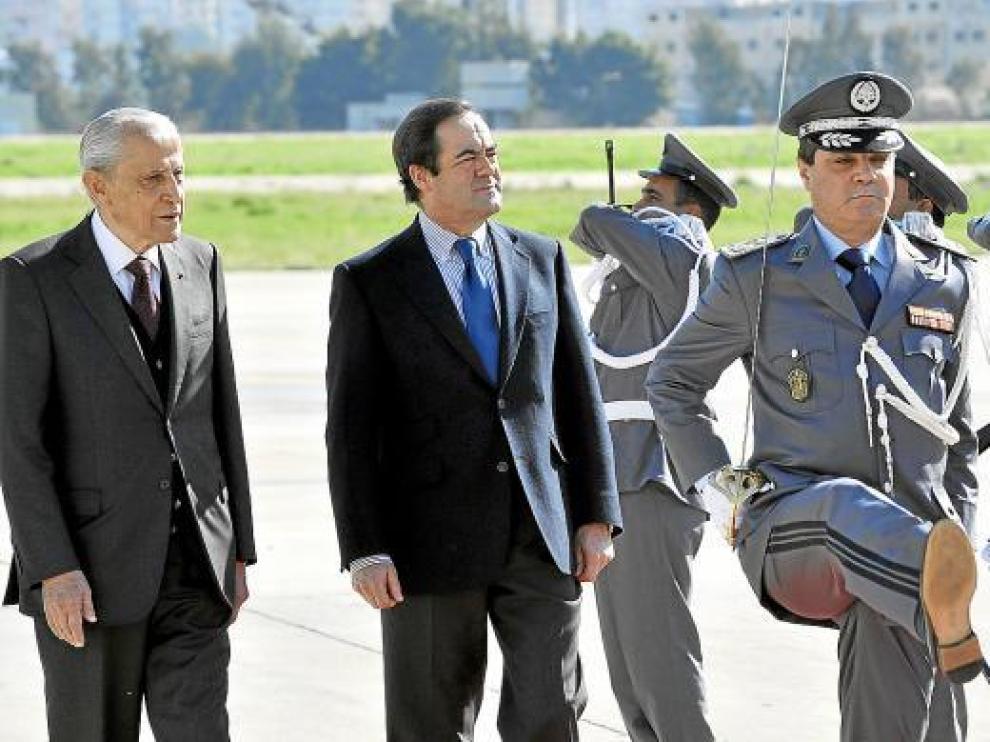 El parlamentario libanés Abdel Latif Zein acompaña a José Bono en el aeropuerto de Beirut.