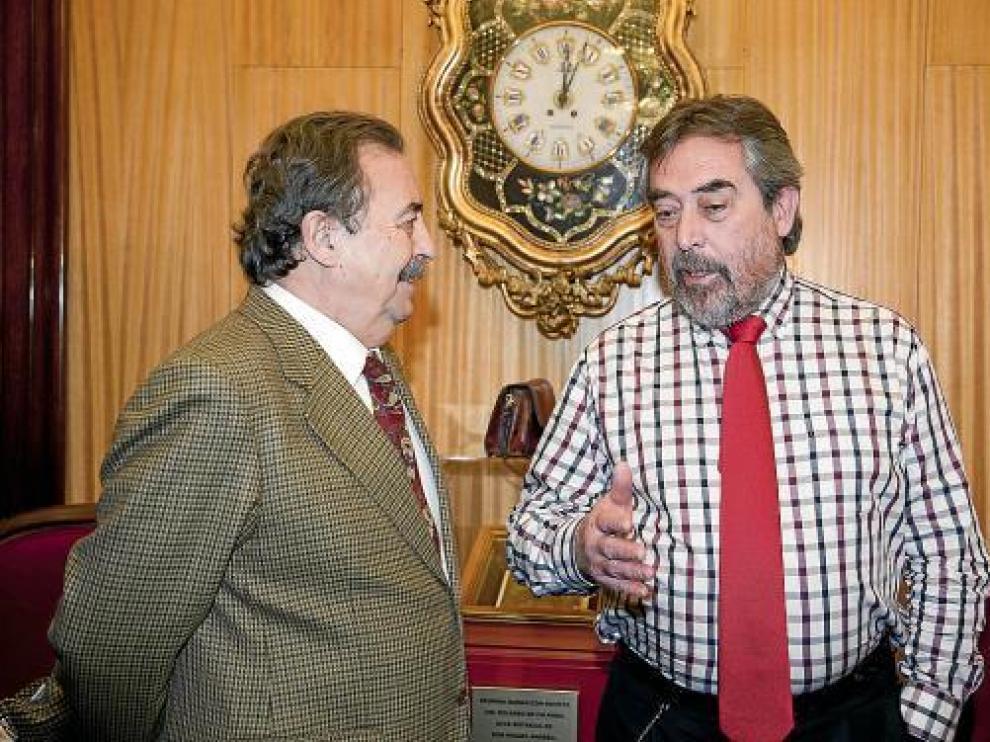 El alcalde Belloch dialoga con el responsable de la Federación, Juan de Dios Román.