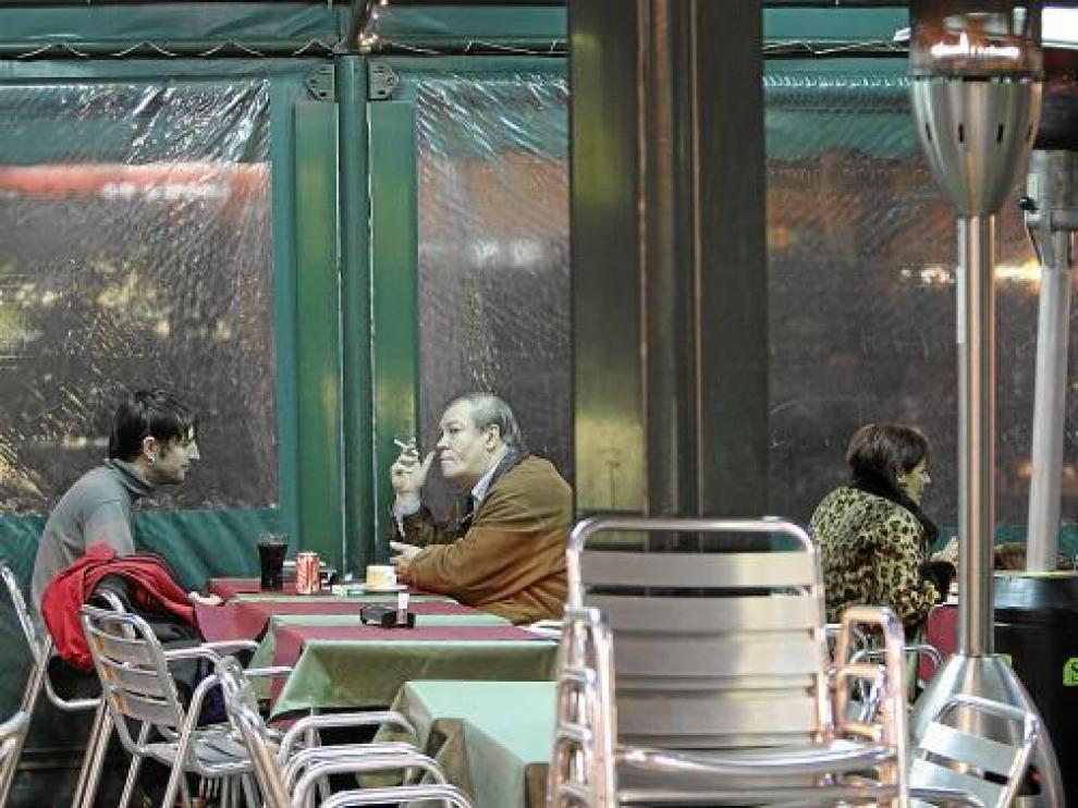 Terraza acondicionada para los fumadores.